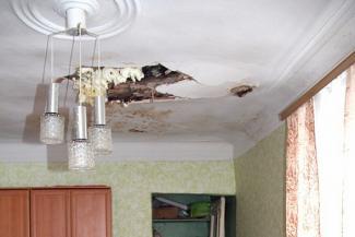 «А у нас в квартире... снег»: жильцы казанской двухэтажки готовятся стать бомжами