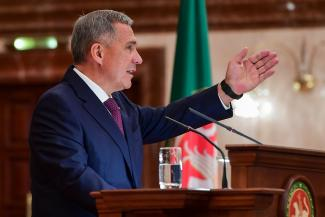 Рустам Минниханов, оглашая послание Госсовету, призвал депутатов аплодировать людям из народа