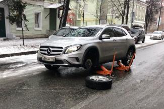 «Как они могут так рисковать жизнями?»: в Казани у хозяйки «Мерседеса» после визита в шиномонтаж отвалилось колесо на дороге