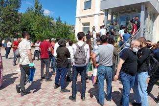 «Как будто специально издеваются, за людей нас не считают!»: трудовые мигранты в Казани мучаются в очередях и винят в этом бюрократов и «решал»