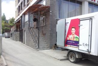 «У нас четыре входа, а выхода нет!»: владельцы кафе на первом этаже казанской многоэтажки стали заложниками войны с соседкой и советских СанПиНов
