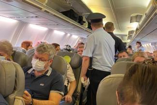 «На борт поднялись полицейские, попросили ничего не трогать»: казанец, летевший в одном самолете с Алексеем Навальным, рассказал о подробностях ЧП
