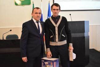«В других городах кофеварки дарили»: власти района Татарстана не считают мясорубку зазорным подарком герою, спасшему ребенка на пожаре