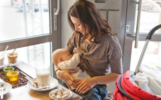 Прикрыть нельзя кормить: казанцев возмущают мамы, дающие детям грудь в кафе и магазинах
