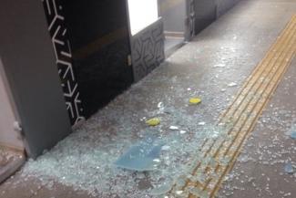Поберегись!.. Стеклянные двери киосков в казанском метро падают от сквозняков