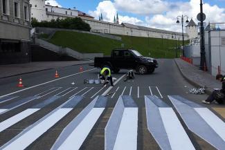 Не зря старались: 3D-зебру под казанским Кремлем закрасили, но художникам заплатили