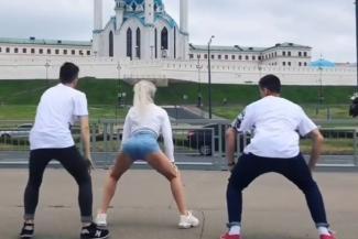 «Танцую где захочу»: молодая москвичка не стала извиняться за «танец попой» на фоне казанской мечети