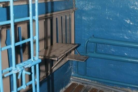 Под арестом, но в руководящем кресле