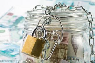 «А дальше, сказали, арестуют имущество»: у жительницы Казани арестовали счета из-за долгов тезки из Самарской области