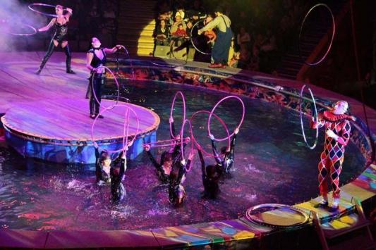 Цирковая арена превращается в огромный фонтан