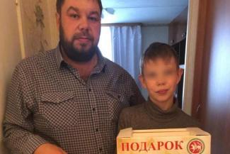 Никита с отцом и подарками от президента