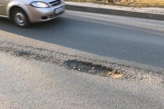 «Просто обнаглели»: в Казани гаишники оштрафовали водителя за то, что угодил колесами в яму на дороге