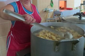 «Повар получает 18 тысяч рублей. Кто за такие деньги согласится на кухне вкалывать?»: сотрудники столовых в казанских школах плачут от мизерной зарплаты, богатого меню для детей и родительских проверок