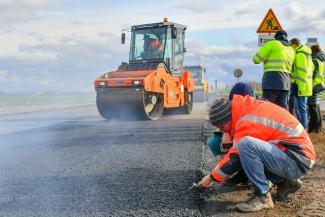 Более тихий и экологичный: Татнефть начала тестировать новый асфальт на трассе в Татарстане