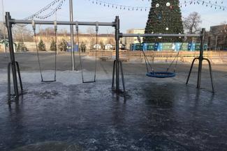 «От кого забор?»: в казанском парке у ДК химиков «зазаборили» елку, а детская площадка обледенела сама собой
