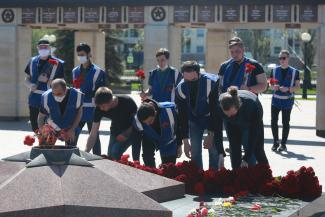 Казань отмечает День Победы: попрошайки на кладбище надели маски, а тех, кто собрался больше 20, забрали в полицию