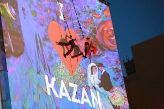 В Казани ради туристов полезли на стену