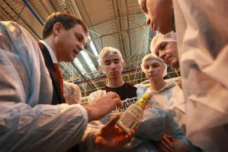 Вкалывают роботы: на «Нэфисе» показали студентам, как делают кетчуп и майонез