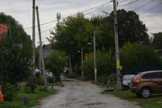 «А ноги в темноте ломать законно?»: жители казанского поселка, не дождавшись уличного освещения, повесили фонари на свои деньги, но их сняли как незаконные