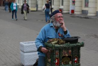 «Есть у меня харизма»: казанский пенсионер, похожий на Че Гевару, зарабатывает на жизнь французской шарманкой