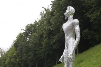 За серебряными гуманоидами, которые внезапно появились в Казани, скоро прилетит космический корабль