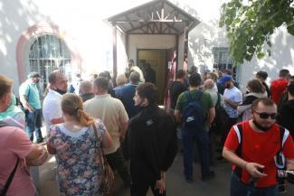 «С трех часов ночи записываюсь в список, я был 250-й»: в Казани приезжие осаждают миграционный отдел полиции