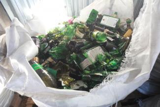 «Бьешь стекло - выпускаешь пар»: в Казани две студентки по выходным собирают и разбивают бутылки, которые опустошили в барах их ровесники