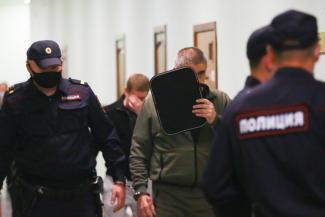«Угрожали облить кислотой»: в Казани группировщики продолжают доить уличных торговцев, как в 90-е
