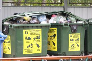 «Мусорная» реформа в Казани: жители элитного центра мечтают о контейнерах с наклейками, а жители спальных районов валят в них все подряд