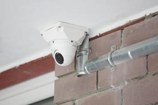 «Я троих воспитала без всяких камер»: жительница казанской многоэтажки не хочет оплачивать видеонаблюдение за чужими детьми и машинами