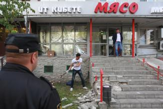 Кувалдой — по «Мясу»: у магазина на первом этаже жилого дома в Казани снесли крыльцо