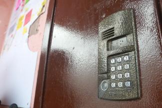 «Пугают, что людей может током убить»: в Казани «Уютный дом» развязал войну за домофоны