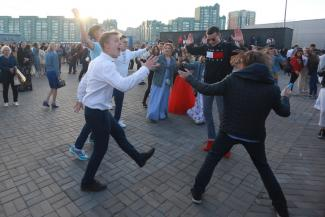 Казанских выпускников проводили во взрослую жизнь под «Белые розы»