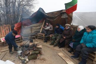 «Кто 500 рублей даст, кто валенки»: протестующие в палаточном лагере под Казанью готовятся встречать Новый год