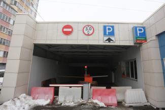 «Так не доставайтесь же вы никому!»: власти Казани надеются заработать на подземных парковках у метро, а автомобилисты мечтают парковаться там бесплатно