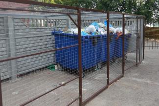 «Помойка для избранных»: жильцы казанской многоэтажки спрятали контейнерную площадку от чужаков в клетку с кодовым замком