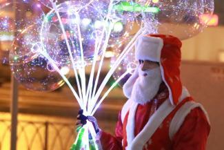 «Украшу вашу елку»: дипломированные Деды Морозы и декораторы бьются за кошельки казанцев