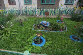 А нечего было благоустройством заниматься!.. В Казани жильцам пятиэтажки грозит 200-тысячный штраф за лебедей из покрышек во дворе и несанкционированных бабочек на фасаде