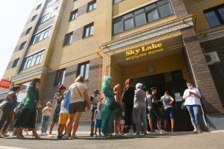 «Если бы не заставляли, мы бы здесь не стояли!»: казанские родители, стоя в очередях за школьной формой, заподозрили директоров и чиновников в получении «жирных откатов»