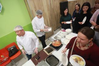 Вкусно не по-детски: родителей на дегустации в казанской школе накормили бифштексами и спагетти болоньезе