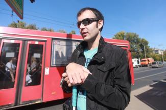 «Они над нами издеваются, что ли?»: казанские чиновники в ответ на просьбы слепых починить «говорилку» на остановке решили избавиться от проблемного устройства