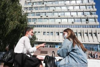«Лучше здесь в маске, чем без нее на дистанте!»: в КФУ безмасочных студентов пугают проверками, а в КАИ - орущей сигнализацией