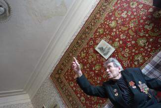 Жилищники в Казани не признали, что у 95-летнего фронтовика капает с потолка, но крышу починят
