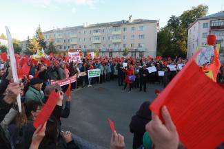 «Сами-то живут в своих хоромах припеваючи…»: жители казанских Дербышек на «красном» митинге против генплана вспомнили, что никогда не были крепостными