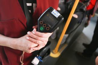 Главное - отрапортовать: в казанских автобусах отказываются принимать банковские карты