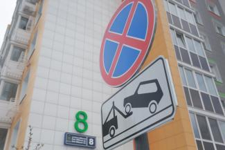 «Хотят всех на платную парковку загнать»: обитатели казанского ЖК требуют от застройщика разрешить им ставить машины у дома