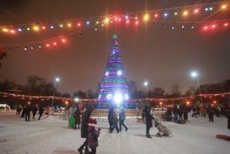 Мало горок, много заборов: на елках в Казани скучно, но безопасно