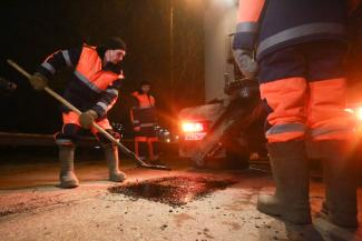 В Казани под девизом «дороги - для машин» залатали две дорожные ямы на глазах у журналистов