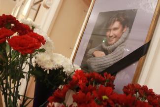 «Спасибо тебе, Арсений»: в Казани простились с артистом, который умер на сцене