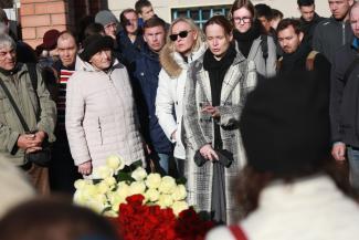 «Она просила не устраивать митинг из своих похорон»: в Казани простились с координатором штаба Навального Эльвирой Дмитриевой